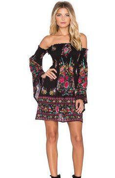 Φόρεμα κοντό με έξω ώμους