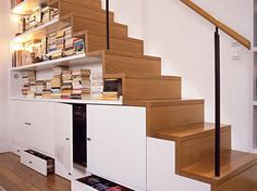Des rangements sous les escaliers, c'est pratique! - Maison & Travaux Staircase Storage, Loft Storage, Stair Storage, Timber Staircase, Staircase Design, Small Apartments, Small Spaces, Under Stairs, Home Furniture