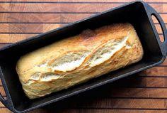 Wer mich kennt, weiß das ich mein Brot oder ein Dutch Oven Weißbrot gerne in der K4 von Petromax backe. Also Teig anrühren, Kohlen durchglühen und die Kastenform startklar machen.
