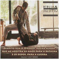 """340 curtidas, 5 comentários - Bíblia & Jiu-Jitsu (@bibliaejiujitsu) no Instagram: """"""""Bendito seja o Senhor, rocha minha, que me adestra as mãos para a batalha e os dedos, para a…"""" Taekwondo, Kickboxing, Muay Thai, Kung Fu, Ufc, Karate, Academia, Instagram Posts, Brazilian Jiu Jitsu"""