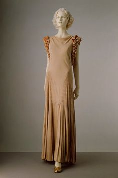 Sir Norman Hartnell (June 12, 1901 – June 8, 1979)/ Norman Hartnell for Queen Elizabeth: tangomango78 — LiveJournal Vestidos Vintage, Vintage Dresses, Vintage Outfits, Vintage Clothing, 1930s Fashion, Vintage Fashion, Classic Outfits, Cool Outfits, Norman Hartnell