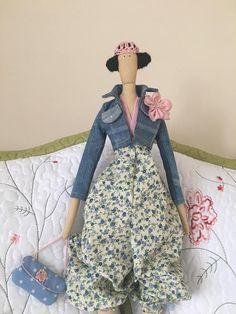 Esta es preciosa muñeca Tilda primavera. La muñeca es un objeto único y no se replicarán como son todos hechos a mano individualmente, no hay dos muñecas son iguales así que usted puede estar seguro de que su muñeca es única. Ella es de aproximadamente 58 cm. ¡Gracias por la