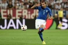 Italy's defender Giorgio Chiellini plays the ball during the Euro 2016 quarter-final football match between Germany and Italy at the Matmut Atlantique stadium in Bordeaux on July 2, 2016.. / AFP / NICOLAS TUCAT