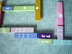 Maman qu'est-ce qu'on fait ? On s'ennuie ! Et si on fabriquait un jeu de dominos ! A l'aube d'un week-end prolongé, on improvise un petit atelier qui allie récup et amusements...C'est parti, on sort des pinces à linge en bois, la peinture et le feutre...