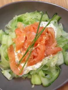 Tagliatelles de concombre au saumon fumé Ingredients (for 4 people): – 2 cucumbers – 200 g of smoked salmon – 4 tablespoons of fresh cream – chives – 1 teaspoon of mustard – half a lemon juice – salt, pepper Paleo Recipes, Cooking Recipes, Clean Eating, Healthy Eating, Healthy Soup, Salty Foods, Food Inspiration, Love Food, Food Porn