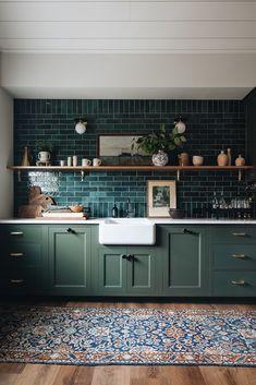 Dark Green Kitchen, Green Kitchen Cabinets, Painted Kitchen Cabinets, Earthy Kitchen, Teal Cabinets, Green Kitchen Island, Green Kitchen Walls, Colored Cabinets, Dark Green Walls