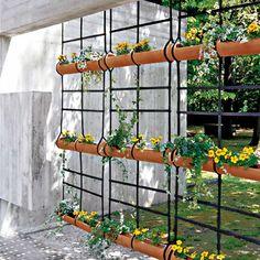 Vaso Treliça - Um jogo de 3 vasos cilíndricos, que alinhados horizontalmente formam uma moderna e sofisticada treliça, podendo ser pendurada a partir do teto ou diretamente em uma parede. Perfeita para ter um pouco de verde dentro de ambientes fechados.