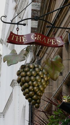 The Grapes, Oxford Foto % Immagini Hanging Lanterns, Hanging Signs, The Wine Shop, Storefront Signs, Tiny House Company, Beautiful Lettering, Pub Signs, Signage Design, Business Signs