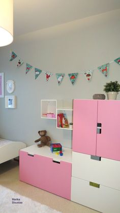 Tytön huone, lasten huone, harmaa, pinkki, valkoinen