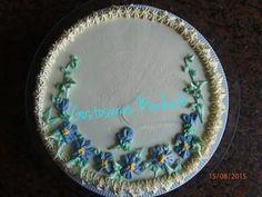 Bolo de baunilha com recheio de coco decorado com chantilly e aplicação de flores. Para festa de aniversário feminino