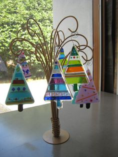 Great idea for displaying a few ornaments! glass+tree+display.JPG (image)