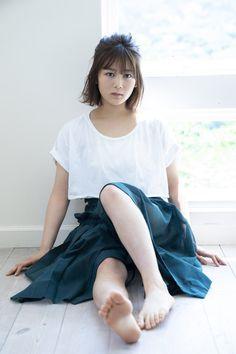 欅坂46 ファースト写真集『21人の未完成』公式(@keyaki_first)さん | Twitter Women With Beautiful Legs, Beautiful Japanese Girl, Beautiful Asian Girls, Girl Soles, Teen Feet, Teen Girl Poses, Barefoot Girls, Gorgeous Feet, Female Feet