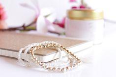Free stock photos gratuites - féminines, girly gold notebook bracelet bijou ! Des photos gratuites pour Wordpress, Blogger et Instagram Gold Bullion Bars, Free Blog, Feminine Style, Girly, Wedding Rings, Stock Photos, Engagement Rings, Wordpress, Instagram