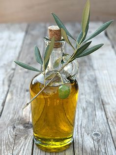 25 foods that banish bloat Olive oil Though it's not scientifically confirmed there's some evidence that small amounts of olive oil may help reduce belly fat. That's because it contains a chemical called oleic acid which helps break down fat in the body. Foods To Reduce Bloating, Reduce Stomach Bloat, Reduce Belly Fat, Best Cooking Oil, Cooking With Olive Oil, Mayonnaise, Orange Sanguine, Grass Fed Butter, Mct Oil