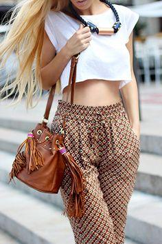 pantalon tres légér de motif fleuri avec un haut tres court et un groooos collier ainsi qu'une besace.