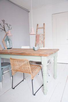 Design épuré, couleurs pastels et chaises dépareillées. (Studio Moss Design)