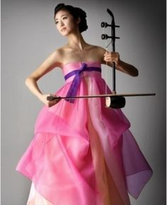 Hanbok : Korean traditional dress with Korean traditional musical instrument : ? Hanbok : Korean traditional dress with Korean traditional musical instrument Oriental Fashion, Ethnic Fashion, Asian Fashion, Korean Traditional Dress, Traditional Dresses, Korean Dress, Korean Outfits, Modern Hanbok, Korean Wedding