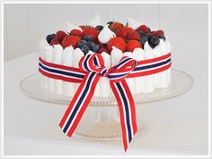 17.mai-kake med marengspinner Norway National Day, Cupcake Cakes, Cupcakes, Occasion Cakes, Food Inspiration, 4th Of July, Cake Decorating, Raspberry, Sweets