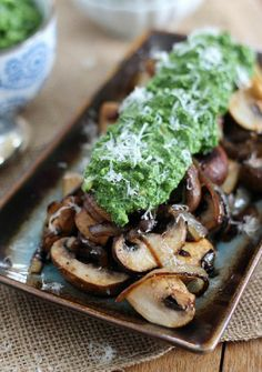 Caramelized Mushrooms with Pesto. Caramelized Mushrooms with Pesto Guacamole. Avocado Recipes, Real Food Recipes, Vegetarian Recipes, Cooking Recipes, Yummy Food, Healthy Recipes, Detox Recipes, Quinoa, Mushroom Recipes