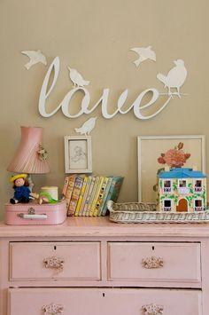 Letras blancas para colgar en la pared.