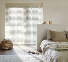 Persiana Recycled Wood com tonalidade clara, em perfeita harmonia com o estilo do ambiente.