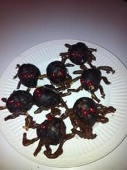 These spider treats made from chocolate donut holes are frightfully delicious for Halloween! EasyPeasyLiving | Halloween How-To