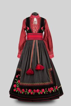 Beltestakk fra Øst-Telemark - I love the unique rose motif and all the vibrant reds! Ethnic Fashion, High Fashion, Womens Fashion, Norwegian Clothing, Frozen Costume, Folk Costume, Costumes, Historical Clothing, Traditional Dresses