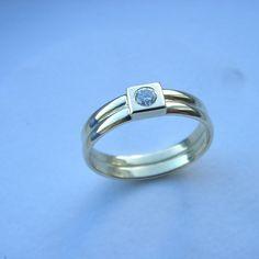 2 ringen met een vierkante kast met briljant