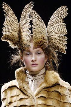 ⍙Treacy Pour la Tête ⍙ couture headpiece and head art - McQueen feather… Alexander Mcqueen, Fashion Art, Fashion Show, Fashion Design, Feather Fashion, Crazy Fashion, Fur Fashion, Fasion, Mode Bizarre