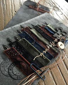 Jeg trodde aldri jeg skulle få brukt opp disse fløyelsbåndene mine, men nå får de bein å gå på. Nå må jeg ha tak i flere farger. Noen som… Scrapbooking, Wallet, Chain, Paper, Cards, Pocket Wallet, Scrapbook, Maps, Scrapbooks