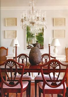 The dodgy chandelier was also inherited with the house. Would I have bought that? No, never. But somehow there is a certain charm to it. The dining table and chairs we found at a flea market in New Orleans. The pineapple is a symbol of welcome.