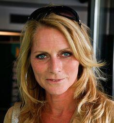 Milika Peterzon 12-03-1962   Voormalig Nederlands televisiepresentatrice. Peterzon heeft sinds januari 2014 weer een relatie met Jurgen Smit, voormalig presentator van tuinprogramma's bij zowel SBS als RTL. Ze heeft een dochter uit een eerdere relatie en een kleinzoon. Eind september 2014 was zij getroffen door een zware hersenbloeding.   https://youtu.be/2iidRgJ2zjs