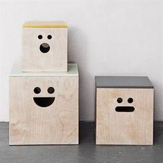 Använd de charmiga boxarna i plywood med ansiktsmotiv från Ferm Living till att förvara och skydda dina leksaker, magasin eller samlingar i. Boxarna rymmer nästan allt och gör det samtidigt med ett leende, en smart och rolig detalj för alla rum! Boxarna säljs i set om 3 och har målade lock.