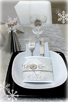 Nous y voilà ce soir c'est le réveillon de Noël !! Vous cherchez encore une idée originale pour décorer votre table et accueillir vos convives dans une ambiance festive ? Voici quelques idées…