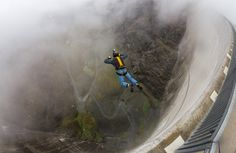 Base jumping from a Contra Dam, Switzerland SUIÇA