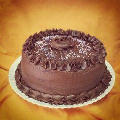 Tarta de cumpleaños para Alicia.  Bizcocho de chocolate y buttercream de queso y chocolate