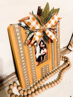 Upcycle a thrift store picture frame and make it perfect for fall with a little paint and creativity. Perfect for a picture of your favorite pumpkin. Log Cabin Christmas, Diy Sushi, Thrift Store Crafts, Upcycled Crafts, Diy Crafts For Kids, Fabric Crafts, Thrifting, Picture Frames, Picture Store