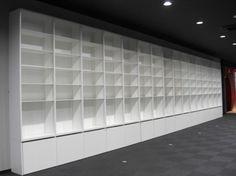店舗用陳列棚|壁面いっぱいの陳列棚です。棚板は、一枚一枚可動します。一番下の部分はトロッコが納まっています。