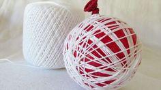 Avec le pinceau, badigeonnez les fils de coton de colle diluée. Saupoudrez légèrement de brillants et laissez sécher durant 12 heures. Demandez aux enfants de crever le ballon, et retirez-le délicatement. Accrochez un petit morceau de broche à votre boule pour la suspendre dans le sapin. Effet garanti! Christmas Art For Kids, Christmas Crafts For Gifts, Christmas Makes, Simple Christmas, Craft Gifts, Christmas Time, Christmas Bulbs, Christmas Decorations, Navidad Diy