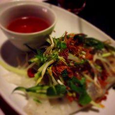 Bánh cuôn thit (Crêpe vietnamita): Hoja de harina de arroz y tapioca, relleno de tocino molido y camarones, champiñon negro y cebolla. Dientes de dragón, menta, pepino, ajo frito, chalotas fritas y salsa vietnamita... Vietnam Discovery - Santiago
