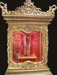 Relicario elaborado en madera de cedro y hojillada en pan de oro, donado por la feligresía con motivo de las fiestas y aniversario de su apa...