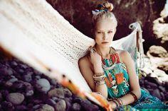 También junto al mar Aunque la inspiración étnica proviene, en su esencia, del vestuario de las tribus africanas, indias y criollas... Sus combinaciones también funcionan junto al mar gracias a las tonalidades turquesas, los cálidos naranjas y ese toque relajado que conquista en verano.