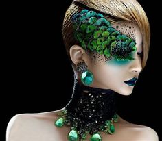 A peacock or fish look can be achieved with feathers or large pieces to look lik… A peacock or fish look can be achieved with feathers or large pieces to look like scales. Curious to how this would look all over the face - Das schönste Make-up Dragon Makeup, Blaues Make-up, Make Up Designs, Fantasy Make Up, Fantasy Hair, Dark Fantasy, Theatrical Makeup, Crazy Makeup, Airbrush Makeup