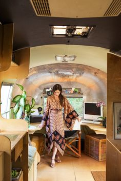 Méchant Design: living in an AirStream I want an old camper just so I can redesign it and take it all over the US! Airstream Remodel, Airstream Renovation, Airstream Interior, Vintage Airstream, Airstream Trailers, Vintage Travel Trailers, Cafe Interior, Interior Styling, Airstream Living