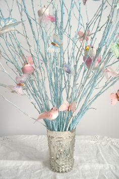 using spray painted branches as decoration Non Floral Centerpieces, Romantic Wedding Centerpieces, Table Centerpieces, Centerpiece Ideas, Wedding Table, Butterfly Tree, Butterfly Party, Bird Tree, Butterflies