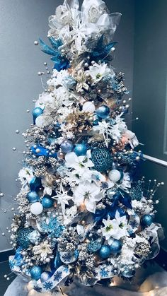 Top 30 Amazing Christmas Tree Designs You Can't Miss Out Rose gold and bush pink flocked Christmas tree; Blue and white Christmas Tree; White Flocked Christmas Tree with Velvet Ribbon; Teal and white Christmas tree. Blue Christmas Tree Decorations, Elegant Christmas Trees, Flocked Christmas Trees, Traditional Christmas Tree, Silver Christmas Tree, Christmas Tree Design, Noel Christmas, Christmas Tree Toppers, Turquoise Christmas