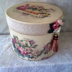 Decoupage Jars, Decoupage Vintage, Shabby Chic Stil, Shabby Chic Decor, Vintage Hat Boxes, Diy Storage Boxes, Funky Painted Furniture, Metal Art Projects, Box Roses