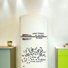 Literele de frigider - Mindblower. Literele vin intr-un pachet de 201 caractere realizate din cauciuc magnetizat, fiecare masurand in jur de 1.5 x 1 cm, asa ca ai suficiente resurse pentru a scrie mesaje haioase.