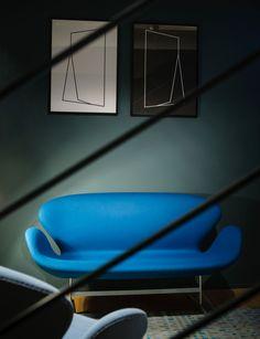 Arne Jacobsen, Swan settee, designed in 1958. Fritz Hansen showroom in Milan, by Studio Pepe. / Urdesign