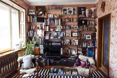 """Sul ripiano in alto a destra vaso """"Rita Lee"""" di Paula Juchem per Shop Saman. La casa è di Sergio Colantuoni."""